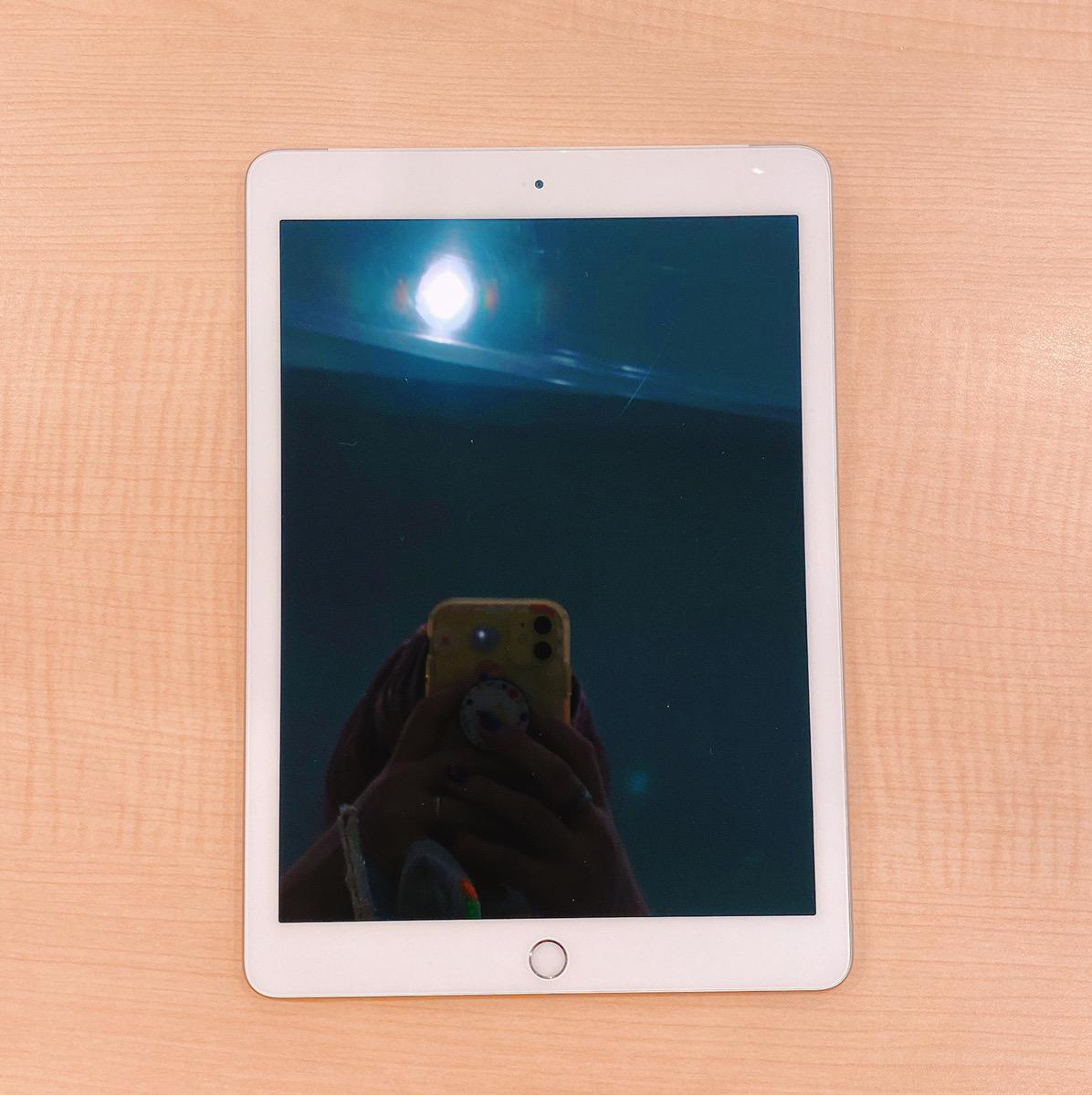 iPad5 32GB シルバー Docomo〇中古