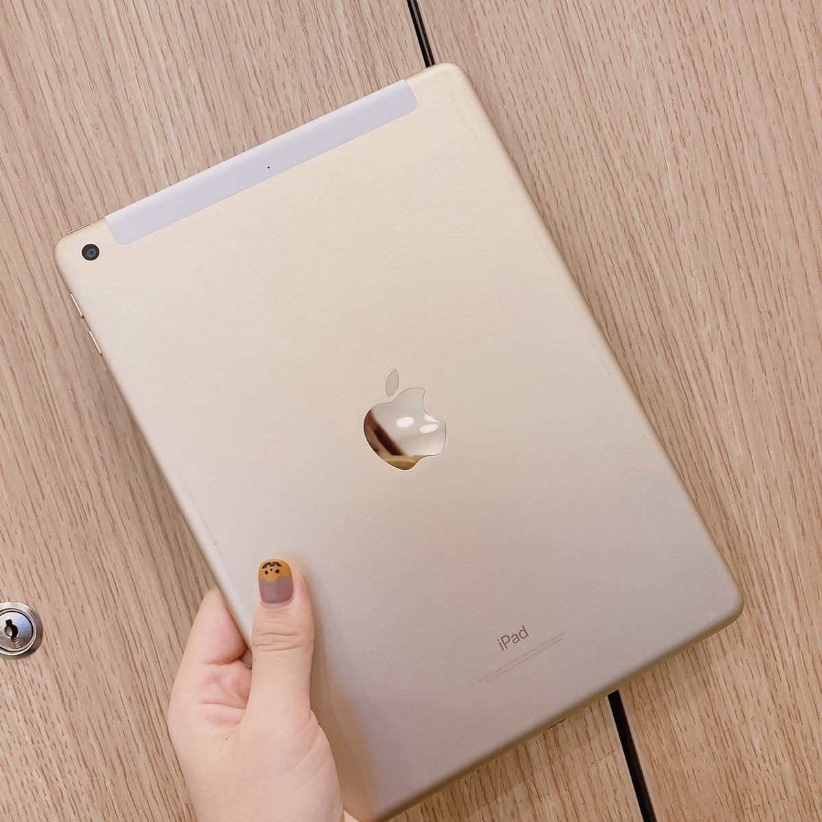 iPad5 32GB ゴールド Docomo△ 中古
