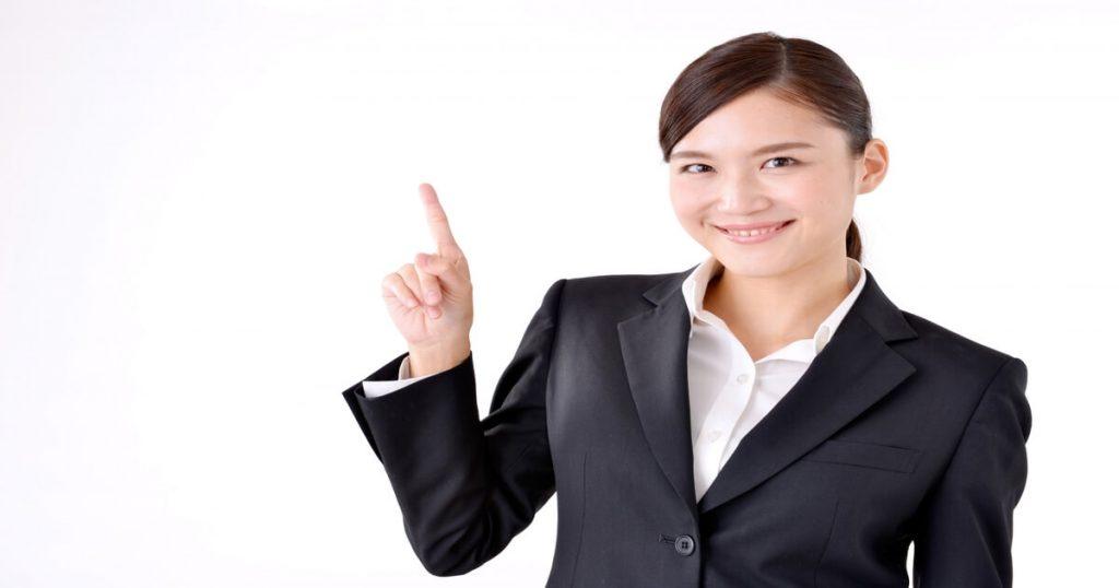 笑顔で指を立てる女性
