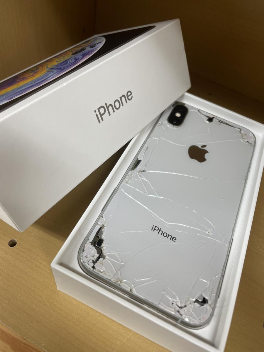 iPhoneXS 64GB シルバー docomo 故障品(画面/背面割れ、アウトカメラ故障)