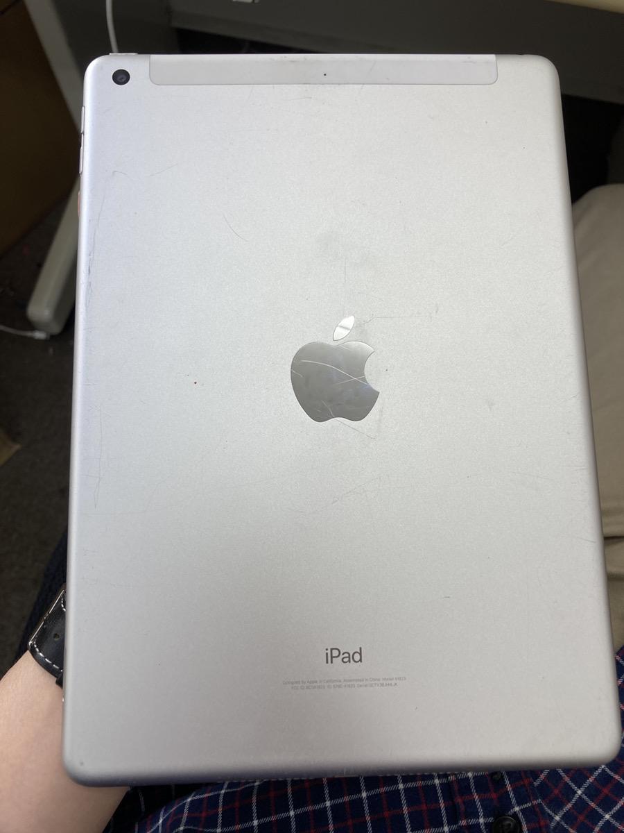 iPad5 32GB シルバー au○ 故障品